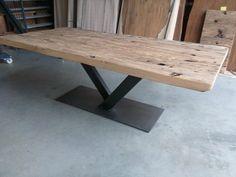 Eiken tafel met v-poot.Massief eiken tafelblad van 6cm dik gemaakt van oude wagondelen. In dit voorbeeld is de tafel 220cm lang en 100cm breed.