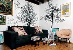 Ainda na casa de Patricia, adesivos de árvores secas dão um ar de floresta à sala-escritório. Tapeçarias de ponto de cruz e um relógio cuco branco completam as paredes. Destaque para a gravura de um urso-polar da artista Thaís Beltrame