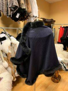 Beautiful grey cape with black fox fur ideal for the winter season. Chic and elegant for occasions or just to avoid the cold with style Marine Blue, Bleu Marine, Capes, Fox Fur, Fur Coat, Trending Outfits, Jackets, Black, Fashion