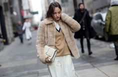Loose-fitting white pants, camel v-neck sweater, furry coat and white leather clutch School Fashion, All Fashion, New York Fashion, Fashion Photo, Autumn Fashion, London Fashion, Classic Fashion, Nyfw Street Style, Cool Street Fashion