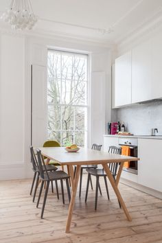 Awesome Original London Apartment Decor : Awesome Original London Apartment Decor With Wooden Dining Table And Chair And Modern Chandelier Georgian Townhouse, Georgian Homes, London Townhouse, Interior Flat, Interior Design Kitchen, Open Plan Kitchen, Kitchen Dining, Dining Table, Dining Room