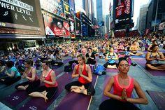 New York entspannt sich  New York City, Amerika. Eine Massen-Yogaklasse hat den Times Square zumindest vorübergehend zu einem entspannten Ort gemacht. Mehrere Tausend Yogis haben zwischen Leuchtreklame und Wolkenkratzern ihre Matten entrollt. Anlässlich des alljährlichen Yogafestivals geben New Yorks berühmteste Yoga-Lehrer kostenlose Kurse unter freiem Himmel