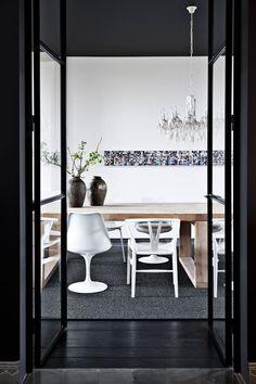 Hvordan gjør man en 750 kvadratmeter stor bygning intim? Man maler både tak og gulv mørkt.