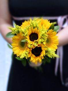 Simple Sunflower Wedding Bouquet. Read more: http://memorablewedding.blogspot.com/2013/09/simple-sunflower-wedding-bouquet.html