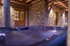 Dans ce chalet de charme en Pyrénées, tout est luxe et prestige. Situé près des lacs, des forêts et des pistes de ski, ce chalet est idéal pour un séjour détente grâce à son magnifique Spa extérieur avec sauna, qui offre un panorama somptueux sur le Cambre d'Aze.