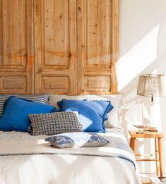 Cabecero hecho con puertas antiguas de madera_00425920