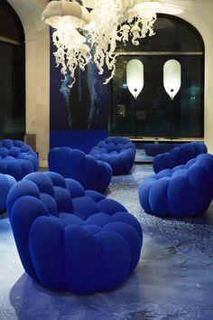 """Fauteuil """"Bubble"""", Roche Bobois. Confort garanti avec ce fauteuil aux allures d'éponge de mer, revêtu du tissu exclusif Techno 4D. Avec sa structure qui pivote sur elle-même, il semble comme mu pour un courant marin."""