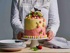 Korkeassa suklaakakussa on makea kreemipinta, välissä limellä mehustettuja mansikoita ja päällä komea keko herkkuja.
