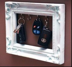 Now do not throw your old picture frames. Here is a collection of DIY Recycled Craft Ideas. How to make reuse of old picture frames has made so easy now. Home Projects, Home Crafts, Diy Home Decor, Diy And Crafts, Wooden Crafts, Do It Yourself Inspiration, Hall Inspiration, Old Picture Frames, Painting Picture Frames