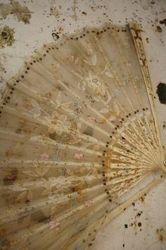 This fan is in lovely condition. Antique Fans, Vintage Fans, Vintage Soul, Vintage Beauty, Retro Vintage, Hand Held Fan, Hand Fans, Fru Fru, Pretty Hands