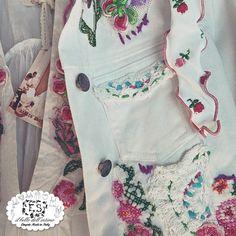 Ami i fiori? Questa mise è per te! Caftano e giacca jeans ricamata a mano #AnticaSartoria con bikini #MissBikini! #vogliadimare