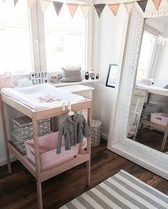 """Jana op Instagram: """"Heute gebe ich einmal einen kleinen Einblick in die Babymädchenecke... #baby #babygirl #littlegirl #babymädchen #mädchenzimmer #babyzimmer #babyinterior #babyinteriordesign #kidsroom #interior #babyroom #fabelab #hmhome #impressionen #ikea #bloomingvillemini #alittlelovelycompany #sketchinc #handedby #greengate"""""""