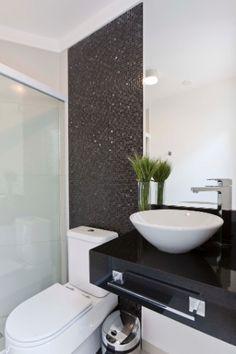 banheiro-social-da-area-externa-leva-pastilhas-mescladas--vidro-e-marmore-preto-da-portofino-portoro--e-bancada-em-granito-preto-absoluto-lo...