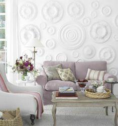 Κολλήστε διαφορετικά μεγέθη από γύψινες ροζέτες για να ανανεώσετε τον τοίχο σας.