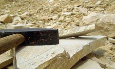 Im Fossiliensteinbruch Blumenberg. Hammer und Meißel nicht vergessen!