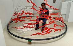 """Helis Aguilera, artista plástico, en el montaje de su exposición """"Mochima, inquieta memoria de las aguas"""" desde Casa Dúo,  centro de arte, Lechería. Los invitamos a deleitarse en estos paisajes de olas abstractas. Un homenaje a Pedro Báez.  #miradasmagazine #Lecheria #miradafotografica #arte #art #abstractart #abstract #artgram"""