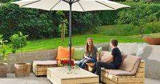 Træmøbler, som kan tåle at stå ude hele året, koster en formue. Heldigvis kan du bygge dem selv! Vi viser, hvordan du bygger en lækker lounge i sibirisk lærk. Outdoor Furniture Plans, Diy Garden Furniture, Outdoor Lounge, Outdoor Decor, Balcony Plants, Backyard Patio Designs, Lounge Areas, Lounges, Pergola