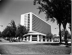 """O movimento moderno: Hotel Ritz Lisboa (1959), por Porfírio Pardal Monteiro, Um desenho """"impositivamente moderno e também monumental"""". The modern movement: Hotel Ritz in Lisbon (1959), by Porfírio Pardal Monteiro."""