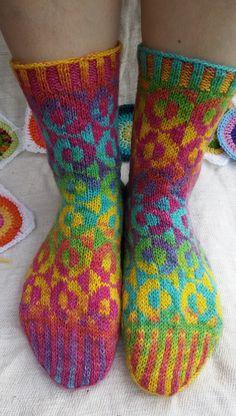 Langan päästä kiinni: Optinen harha sateenkaaren väreissä Boot Toppers, Wool Socks, Boot Cuffs, Sock Shoes, Pulls, Crochet Projects, Tatting, Crocheting, Knit Crochet