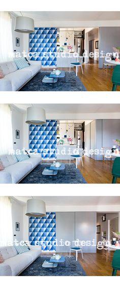 Le porte scorrevoli consentono uno spazio dinamico, isolano la cucina e scoprono a sorpresa la carta da parati geometrica Apex di Cole & Son. foto di Serena Eller per il numero di ottobre 2014 di Casa Facile, Mondadori.