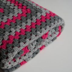 Handmade granny square blanket with colors pink, light grey and dark grey. De blanket is 43 ix 43 inch. Perfect to use as a blanket on the couch or bedspread! Crochet Simple, Crochet Diy, Manta Crochet, Love Crochet, Crochet Crafts, Crochet Hooks, Crochet Projects, Crochet Blanket Patterns, Baby Blanket Crochet