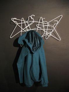 Hang je jas op - Jade Barnes-Richardson - Hang On kapstok Hanger Hooks, Coat Hanger, Coat Racks, Hanging Coat Rack, White Hangers, Jade, Visual Merchandising Displays, Blog Deco, Diy Interior
