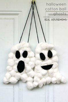 Unos fantasmas colgantes hechos con algodón