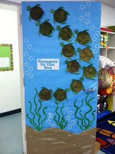 Classroom door - I love the turtles! Although it& impossible to 100 . - Under the sea - # classroom door - - Turtle Classroom, Classroom Door, Classroom Displays, Classroom Themes, Ocean Themed Classroom, Summer Bulletin Boards, Turtle Bulletin Board, School Doors, Preschool Bulletin