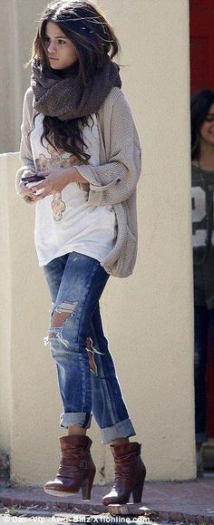 Similar but different: The mega superstar Selena Gomez still chose a pair of denim bottoms and a beige knit