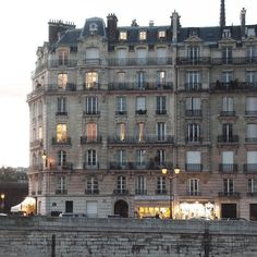 "bonjourfrenchwords: "" L'automne est vraiment là à Paris. | Autumn is definitely here in Paris. More pictures of our daily strolls across Paris on Instagram: instagram.com/frenchwordsjournal """