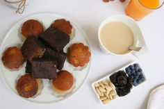 Magdalenas y brownie emplatados en el desayuno al aire libre con la nueva taza New Wave Barcelona  | DEF Deco - Decorar en familia