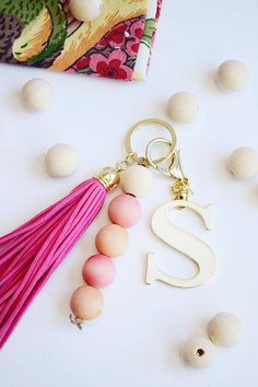 How to Dye Wood Beads for an Awesome Keychain DIY Wood Bead Keychain. Diy Keychain, Tassel Keychain, Keychain Ideas, How To Make Keychains, Bead Crafts, Jewelry Crafts, Fish Crafts, Crochet Crafts, Flower Crafts