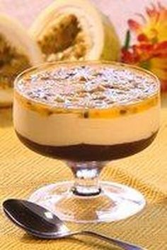 mousse de chocolate e maracuja Mais JS Sweet Desserts, Sweet Recipes, Delicious Desserts, Dessert Recipes, Yummy Food, Portuguese Recipes, Nutella, Love Food, Food And Drink