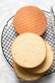 """La Sponge Cakeèuna golosissima torta di origine inglese, nata alla corte della Regina Vittoria che ne adorava la consistenza spugnosa,da qui """"Sponge Cake"""". Pare che la Regina, amasse…"""