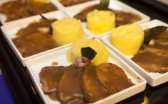 Mini porções de carne assada com molho ferrugem e purê de batata