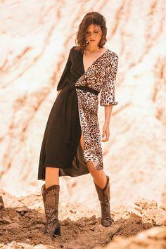 Vestido de silueta envolvente o wrap, con estampación animal print lateral, bajo asimétrico y cinturón adherido.