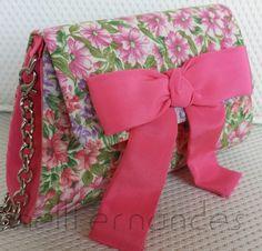 Carteira nellfernandes trapézio infantil em algodão floral, com laço rosa na aba. Tamanho: 17 x 10. VENDIDA