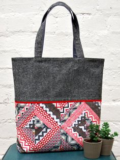 String Patchwork Tote Tutorial | Break out your most fashionable fat quarters for this easy tote bag tutorial!