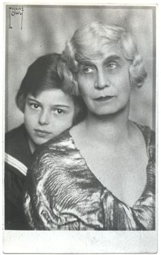 2. 1938 musste die Familie vor den Nazis fliehen: Emile Zuckerkandl, seine Mutter Malva Stekel, die Tochter des Psychoanalytikers Wilhelm Stekel, und seine Großmutter Berta Zuckerkandl reisten über Paris und Südfrankreich weiter nach Marokko und Algerien, wo sie den Krieg überlebten. Berta Zuckerkandl starb 1945 in Paris.