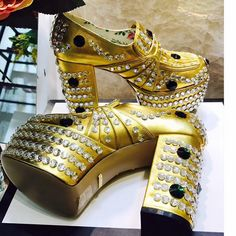 Couture Designer Shoes and Slippers Couture Shoes, Haute Couture Fashion, Couture Dresses, Couture Trends, Fashion Show, Fashion Outfits, Designer Shoes, Trending Outfits, Dress Up