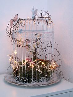 I just went to our spring end .-… habe ich mich einfach schon einmal an unsere Frühlingsdeko im Esszimmer ges… … I just sat down at our spring decoration in the dining room. Winter has a good portion of snow … - Crafts For Teens, Crafts To Sell, Diy And Crafts, Craft Wedding, Bird Cages, Dinners For Kids, Fairy Lights, Bird Houses, Entryway Decor