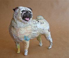¡Pugs son perros pequeños con grandes personalidades! Título: AKA Medios: Papel y alambre Tamaño: 6 H x 6 W x 4 D Acabado: Barniz satinado Este pié Pug está hecho de papel y alambre. Ninguna pintura se utiliza. Revista papel se utiliza para su durabilidad y pintar esta escultura de perro