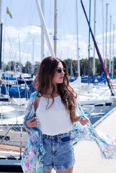 Kimono e Shorts Jeans Denim Shorts Style, T Shirt And Shorts, Boho Fashion, Fashion Outfits, Womens Fashion, Fashion Styles, Calvi On The Rocks, Negin Mirsalehi, Summer Outfits