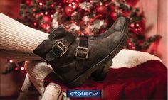 Piedi al caldo di fronte all'albero, amici e familiari attorno al tavolo e la magia del #Natale che vi circonda! Godetevi ogni attimo con i #tronchetti in camoscio Stonefly! #ChristimasTime