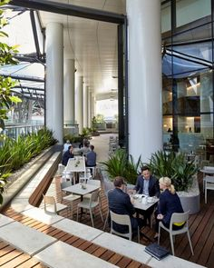 Hassell created six outdoor terraces for the Medibank workplace ensuring employees have the freedom to choose how and where they work and to provide a place for them to take time out for refreshments. Technology- enabled terraces and breakout spaces provide easy access to fresh air, natural light and alternative working environments.