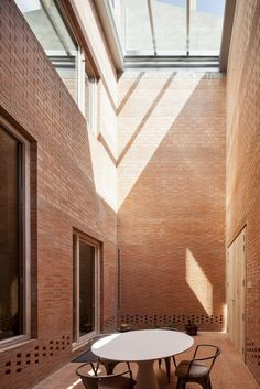 Life Of An Architecture Student (archatlas: House 1014 H Arquitectes) Brick Courtyard, Courtyard House, Indoor Courtyard, Courtyard Design, Architecture Résidentielle, Architecture Student, Casa Patio, Red Brick Walls, Patio Interior