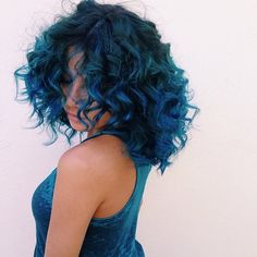I wish i had this wavy curly hair and the color