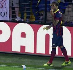 Daniel Alves come banana atirada por torcedor - Reprodução