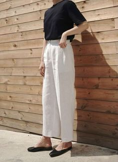 We've gathered our favorite ideas for Perfect White Linen Pants Outfit For Summer And Spring, Explore our list of popular images of Perfect White Linen Pants Outfit For Summer And Spring. Moda Minimal, Minimal Chic, Minimal Fashion, Minimal Classic Style, Minimalist Fashion Summer, Minimal Dress, Minimal Outfit, Classic Fashion, Clothes For Summer