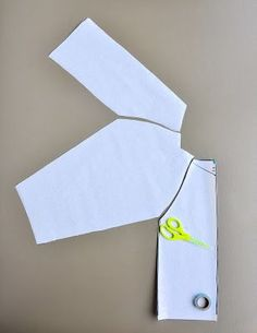 Mits een beetje durf en ge-teken kan je zelf een patroon tekenen voor een bloesje met raglanmouwen.  Probeer het eens en maak het eerste ...